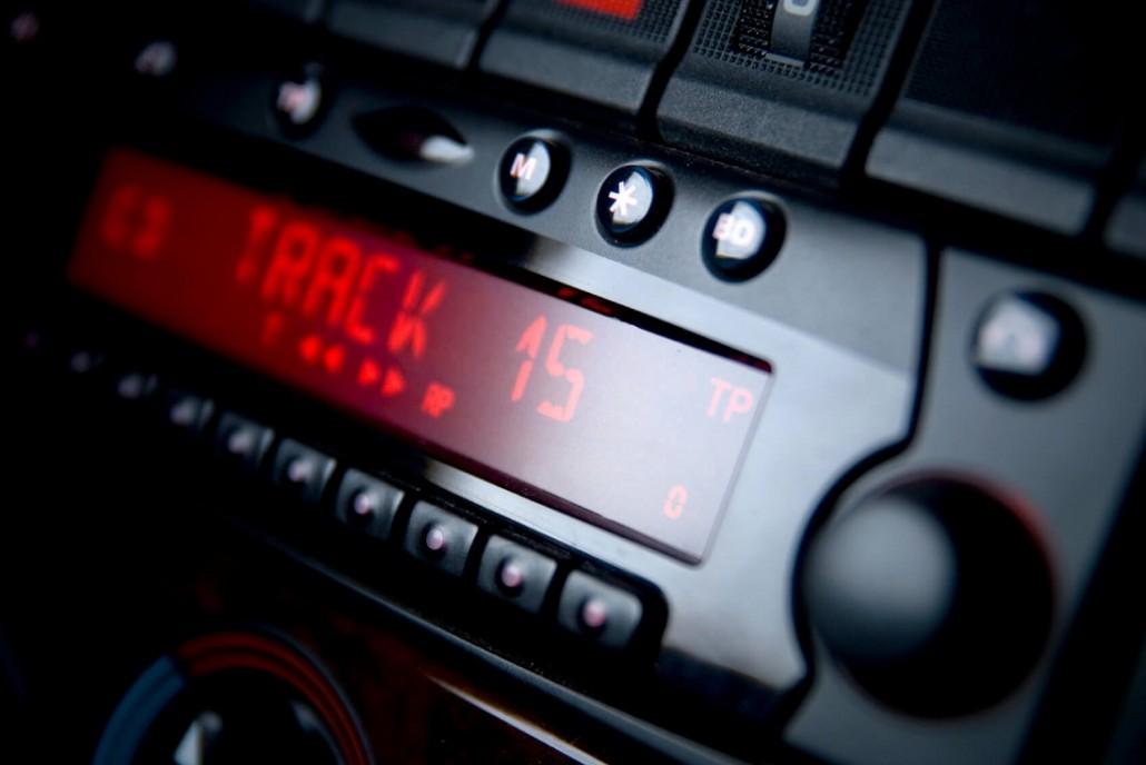 Wie funktioniert der Einbau eines Autoradios?