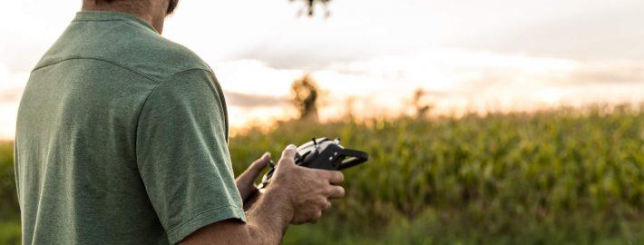 Drohnen Führerschein: Mann steuert einen Multicopter