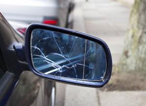 Fahrerflucht Seitenspiegel zerbrochen
