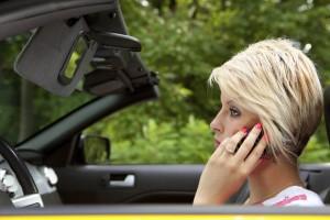 Handy im Auto Autofahrerin