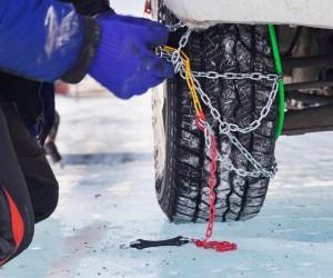 Schneeketten montieren Montage Autofahrer