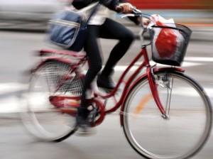 Sicherheit Straßenverkehr Fahrradfahrerin in Bewegung