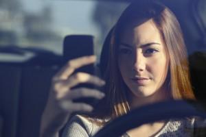 Telefonieren am Steuer Autofahrerin