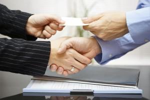 Zulassungsbescheinigung aushändigen Händeschütteln