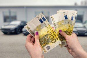 Frau hält viele Euroscheine in den Händen