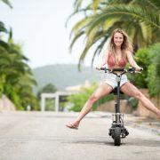 Frau auf E-Roller Scooter
