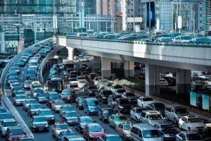 Von Autos überfüllte Straßen in der Stadt