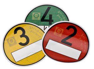 Umweltplaketten in rot, gelb und grün