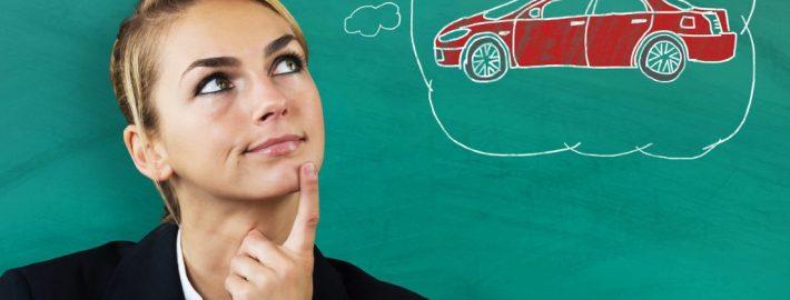 Frau, die überlegt, wann sollte man ein Auto kaufen