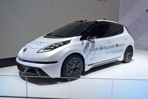 Weißer Nissan Leaf